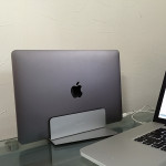 マックスタンドで最新の MacBook がインテリアに