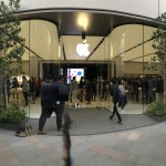 Apple新宿、今日も人人人で大賑わい